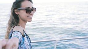 第一人观点的轻的夏天礼服和太阳镜的一年轻美女在海背景 年轻俏丽 股票视频
