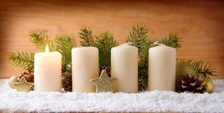 第一出现蜡烛和圣诞节装饰 免版税库存照片