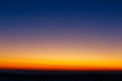 第一在明亮的日落的背景中担任主角 免版税库存图片