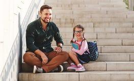 第一天在学校 父亲带领小孩一级的学校女孩 免版税库存照片