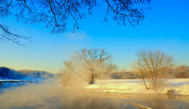 第一天春天在俄罗斯 在河的夫妇 免版税图库摄影
