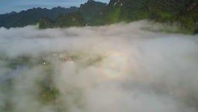 第一太阳发出光线延长谷的轻的薄雾反对小山链子 影视素材