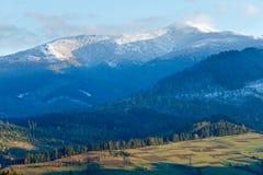 第一座冬天雪和秋天山 库存图片