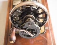 第一手歌手缝纫机,飞轮,选择聚焦的片段 免版税库存图片