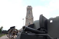 第一次世界大战和藏有古代遗骨的洞穴纪念碑的老大炮 免版税库存照片