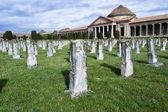 第一次世界大战战争公墓-为家园下落的英雄-经验丰富的阵亡将士纪念日-意大利 免版税库存图片
