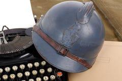 第一次世界大战的法国军事盔甲与老打字 免版税库存照片