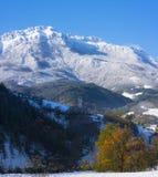 第一秋天降雪在Aizkorri - Aratz,塞加马的自治市自然公园  免版税库存图片