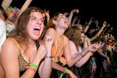 从第一行的女孩在小谎节日的一个音乐会 免版税库存图片