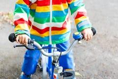 第一辆自行车的小孩 孩子的手 免版税库存图片
