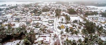 第一雪在一个小村庄在下萨克森州,德国,空中p 免版税库存照片