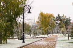 第一雪在城市公园 鄂木斯克,西伯利亚,俄罗斯 图库摄影