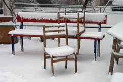 第一雪在城市 暴风雪和飞雪在圣诞前夕 宏指令 免版税库存照片