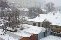 第一雪在城市 暴风雪和飞雪在圣诞前夕 宏指令 库存图片