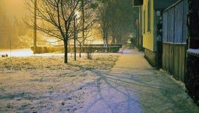 第一雪在街道的这个冬天在一个小村庄在塞尔维亚 库存图片