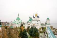 第一雪 在罗斯托夫附近的修道院伟大 免版税库存图片