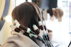 第七步卷在perming的头发 库存照片