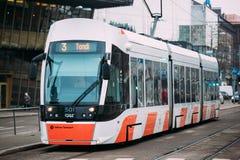 以第三条路线的数量现代电车在塔林,爱沙尼亚街道  免版税库存图片