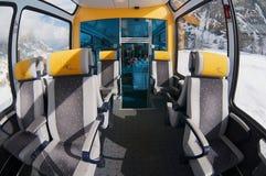 第二个类全景汽车的内部在马塔角在双桅船和策马特之间的Gotthard Bahn火车的  免版税库存照片