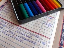 第二个类的学生的日志 标记 男孩基本exellent女孩懒惰学习进程学校 特写镜头 库存图片