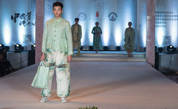 第二十一个系列春天绿色时尚展示 库存照片