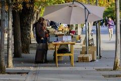 第二手看的人们在马德里预定 免版税库存照片