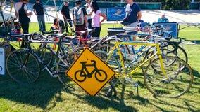 第二手自行车购物在自行车经典自行车展示年会的坎特伯雷室内自行车赛场  库存照片
