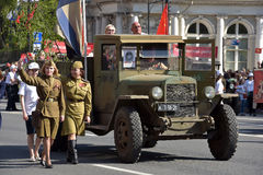 第二次世界大战和妇女减速火箭的汽车军服的, 库存图片