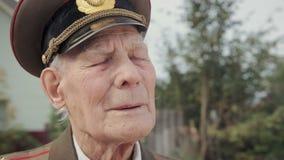 第二次世界大战和巨大爱国战争的一个年长,灰发的退伍军人在军服闭上他的眼睛 股票录像