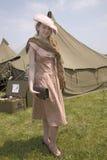 第二次世界大战在陆军帐篷前面的少妇姿势 免版税图库摄影