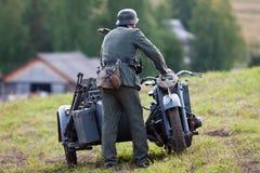 第二次世界大战的德国士兵在摩托车附近的 免版税图库摄影