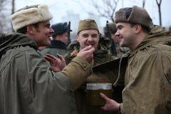 第二次世界大战的战士 战士` s午餐 野外用的全套炊具 库存图片