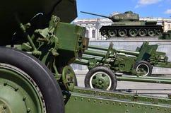 第二次世界大战的苏联的三杆枪照片以绿色坦克T-3为背景的 免版税库存照片