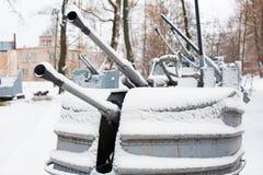 第二次世界大战的葡萄酒海军火炮与雪的 库存图片
