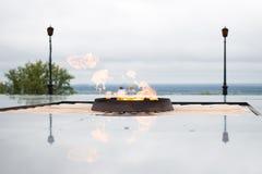 第二次世界大战纪念品 永恒火焰 1941-1945 1个背景覆盖多云天空 免版税库存照片