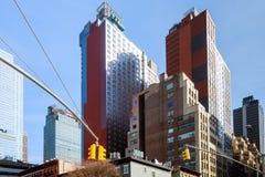 第五个Ave和西部第33个St的路牌在日落在纽约-都市概念和路方向在曼哈顿街市阿梅尔 图库摄影
