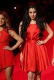 第五和谐在跑道执行在妇女红色礼服收藏的去红色2015年 免版税库存图片