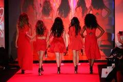 第五和谐在跑道执行在妇女红色礼服收藏的去红色2015年 图库摄影