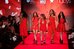 第五和谐在跑道执行在妇女红色礼服收藏的去红色2015年 库存图片