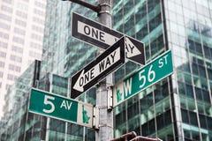 第五大道和W 56 st交叉路在纽约 免版税库存照片