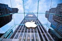 第五大道的顶头Apple存储在纽约 库存照片