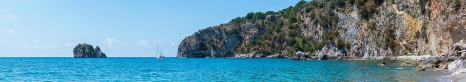 第勒尼安海风景,褶皱藻属,意大利 免版税图库摄影