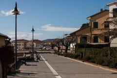 第勒尼安海,索拉诺,格罗塞托,托斯卡纳,意大利:胡同在老镇 库存照片