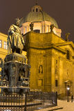 第十一捷克国王和罗马帝国皇帝查理四世的古铜色雕象 在夜在查尔斯Bridg附近的多雪的布拉格 免版税库存图片