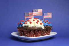 第四第4 7月党庆祝用红色,白色和蓝色巧克力杯形蛋糕 免版税图库摄影