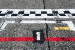 第在开始轨道的赛车场的一个跑道内圈 库存照片