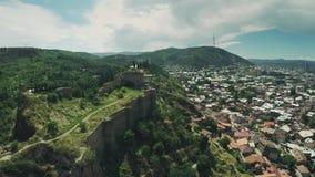 第比利斯城堡教会高加索山脉河英王乔治一世至三世时期秀丽自然乔治亚动物waterwall寄生虫4k 股票录像