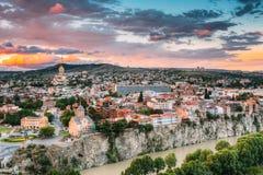 第比利斯晚上视图五颜六色的日落的 佐治亚 夏天城市 免版税库存照片