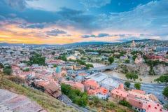 第比利斯晚上视图五颜六色的日落的 佐治亚 夏天城市 免版税库存图片