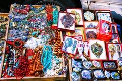 第比利斯,乔治亚- 2016年10月08日, :干燥桥梁跳蚤市场在第比利斯卖首饰,银,小珠 免版税库存图片